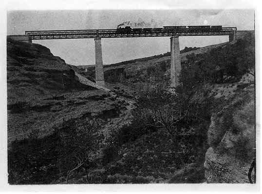 El Tren de Utrillas a su paso por Belchite sobre el río Aguasvivas.