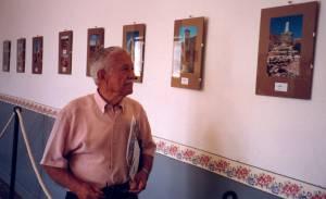 D. Antonio Beltrán mirando atentamente el peirón más característico de Blesa