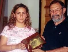 Begoña entrega una placa a Manuel Pérez por su labor de difusión