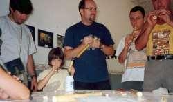 Jesús y varios alumnos prueban las flautas de pastor
