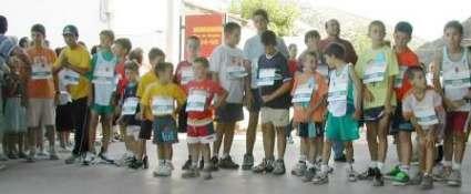 Multitudinario grupo de niños en la salida de su media milla