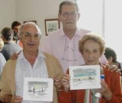 Juan Carmaniú con los agraciados en el sorte de sus dos acuarelas.