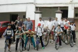 Grupo ciclista justo antes de salir de Blesa
