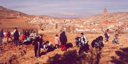Plantando árboles durante la fiesta del árbol