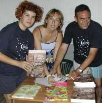 Miembros de la junta envolviendo libros para regalar