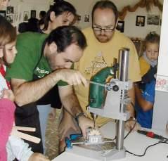 Jesús y Nacho supliendo a los pequeños con las herramientas más peligrosas
