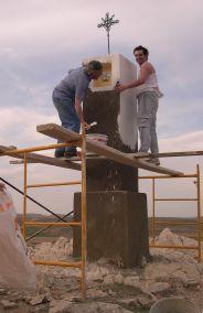Curdi y Pablo pintando el cuerpo superior.