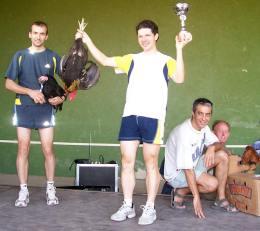 Ganadores locales con sus pollos