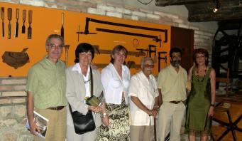 Autores, acompañantes y la alcaldesa de Blesa en el Museo de la Carpintería de Blesa