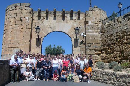 El grupo blesino ante el portal del castillo de Alcañiz