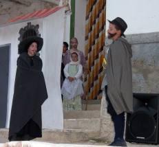Dos actores durante la leyenda del Almadeo