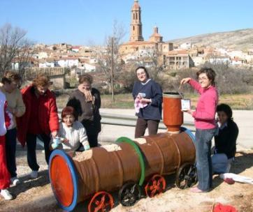 Las chicas de la junta y algunas colaboradoras, pintando la máquina de tren que montó José Luis Pérez