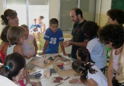Nacho enseñando como hacer diversos instrumentos