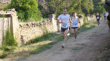 Momento de la carrera, encabezando a los corredores locales Pedro Luis