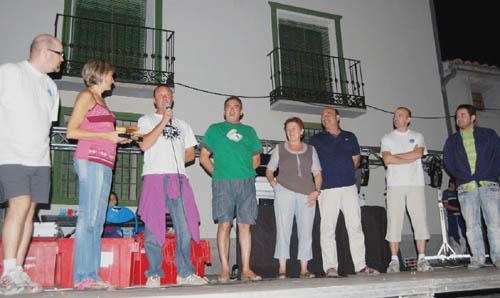 Presidentes de la asociación cultural recogiendo el premio El Katre 2010